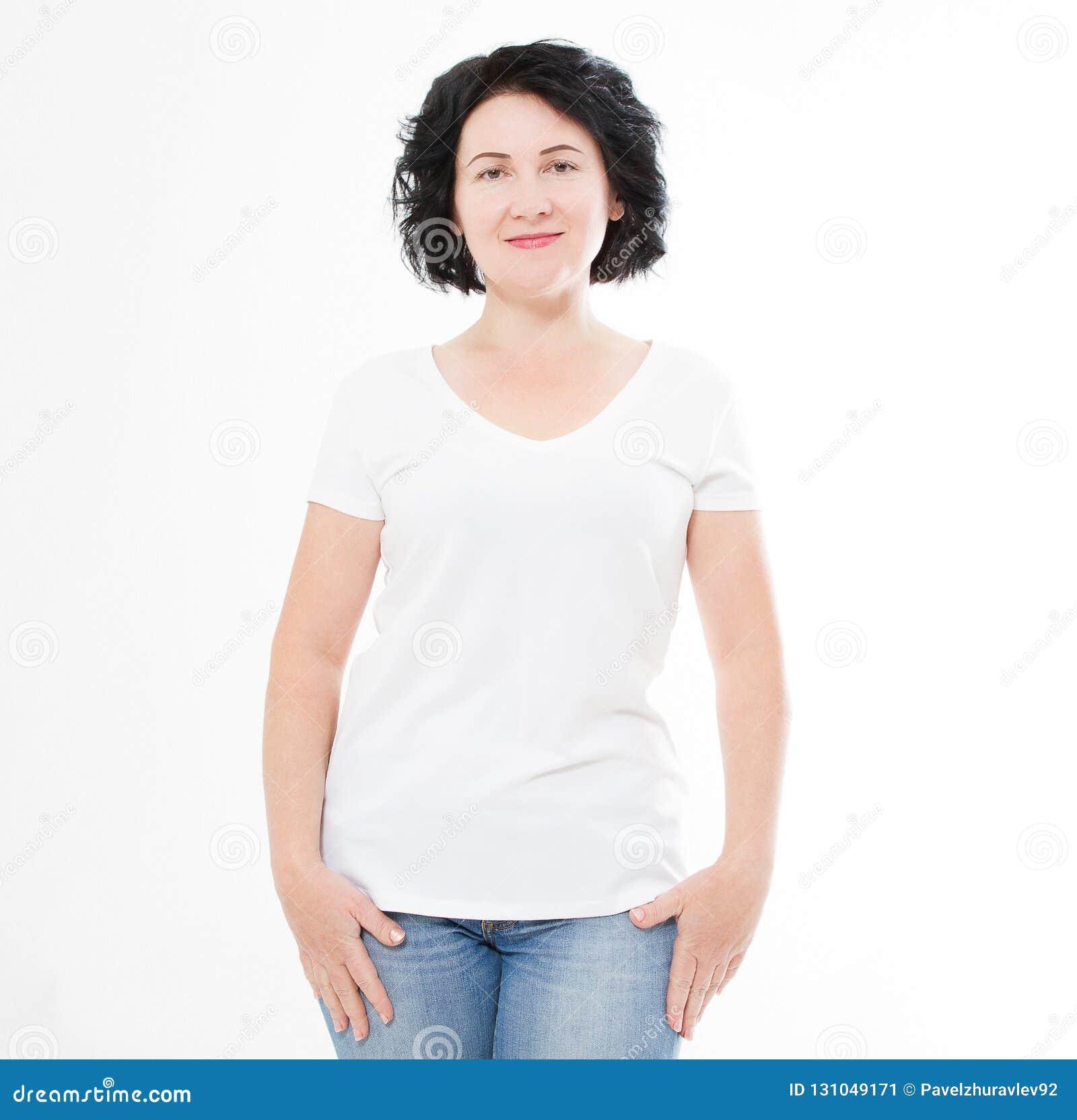 Mulher da Idade Média no tshirt no fundo branco Zombaria acima para o projeto Copie o espaço molde blank