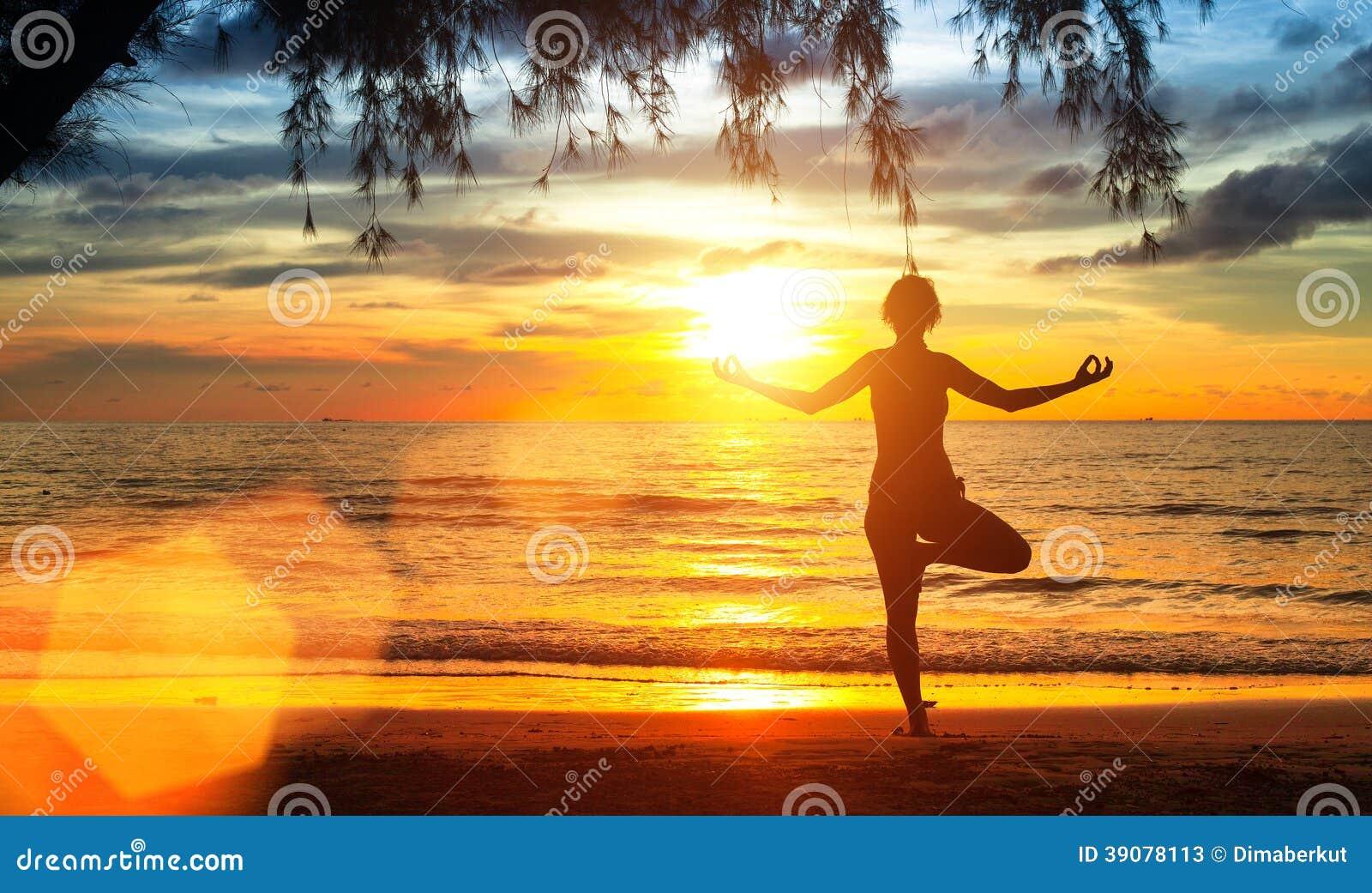 Mulher Da Ioga Na Costa De Mar No Por Do Sol Meditation ...