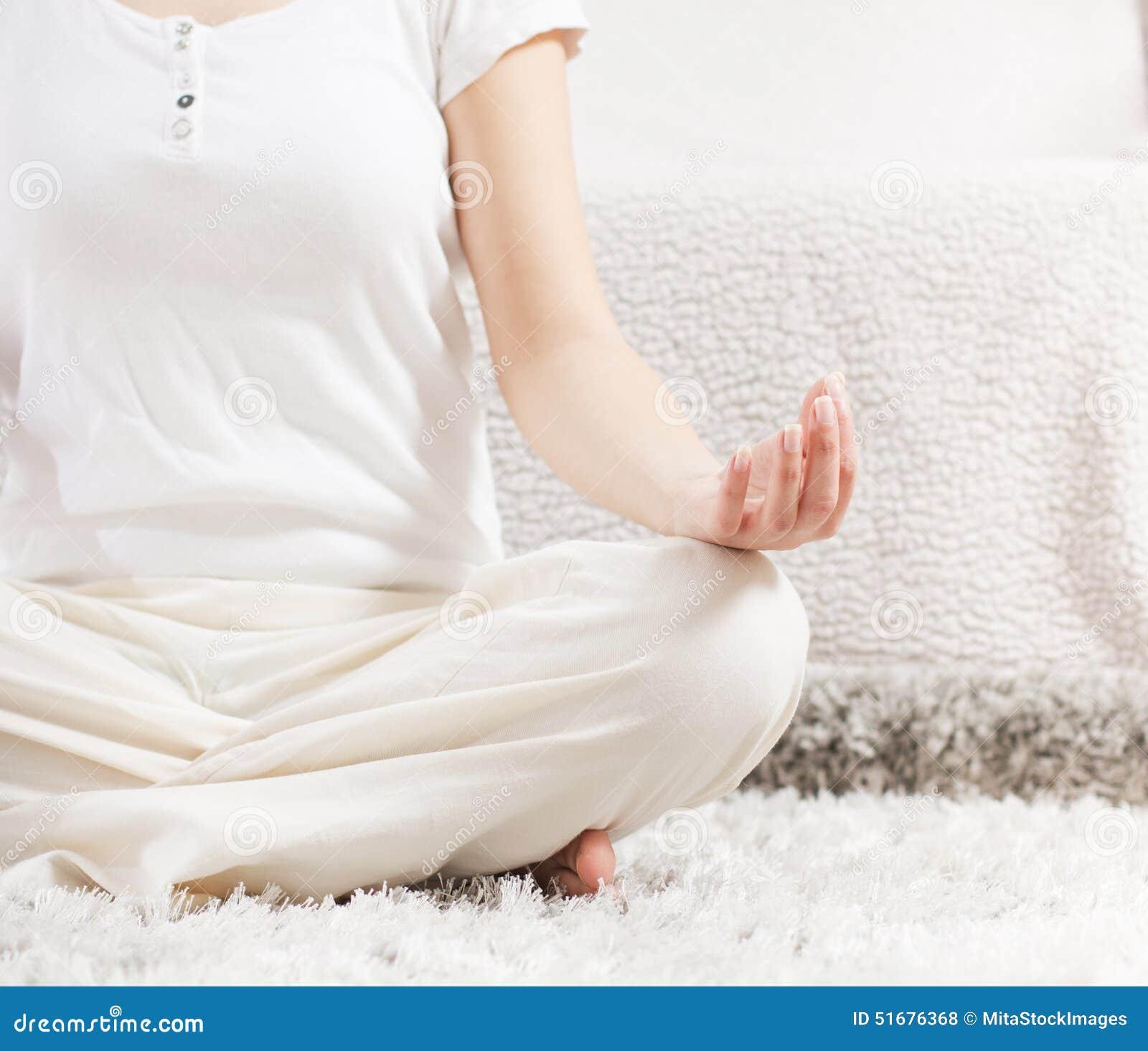 Mulher da ioga que medita o estilo de vida saudável de relaxamento