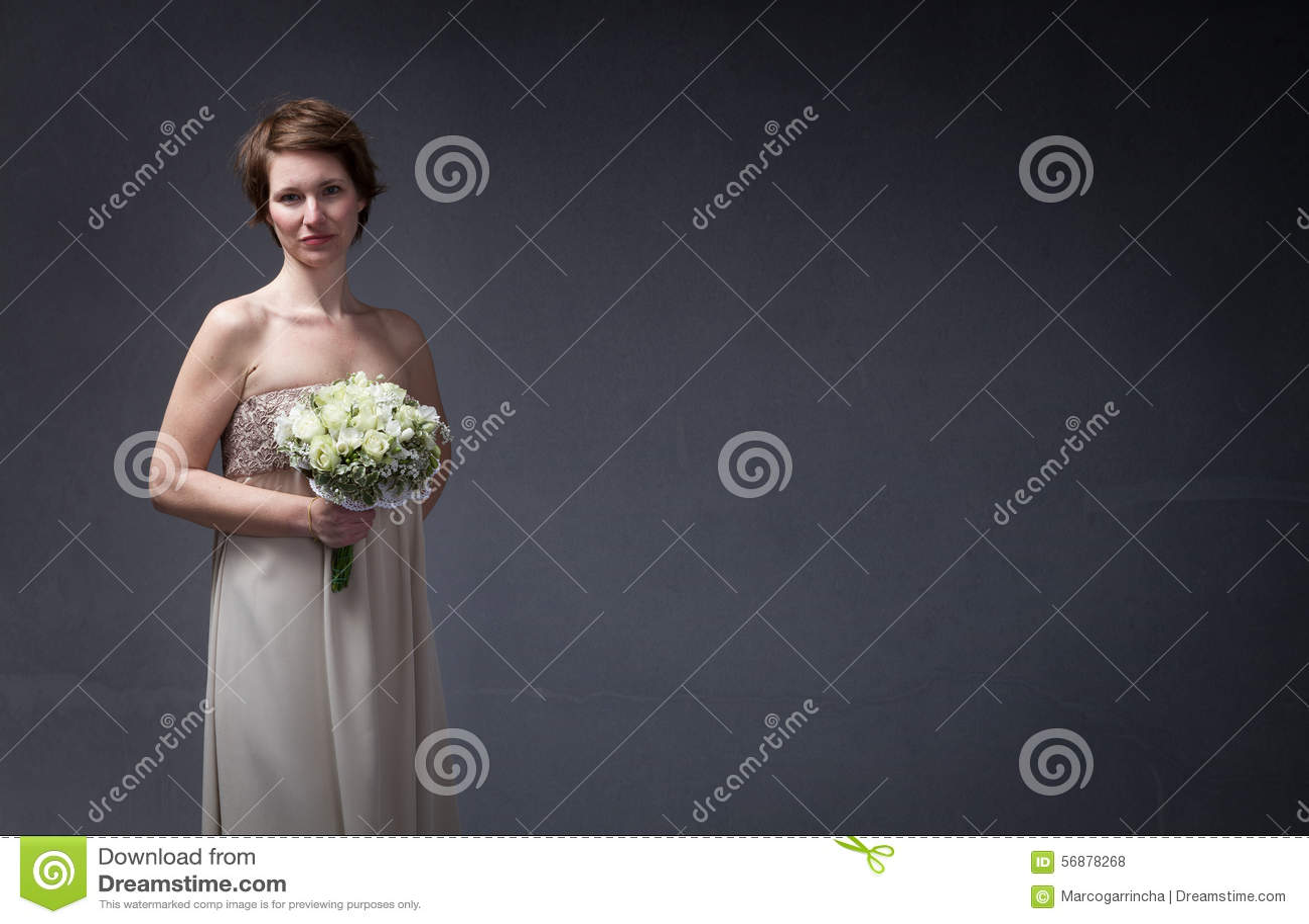 Mulher da noiva que espera com flores disponível