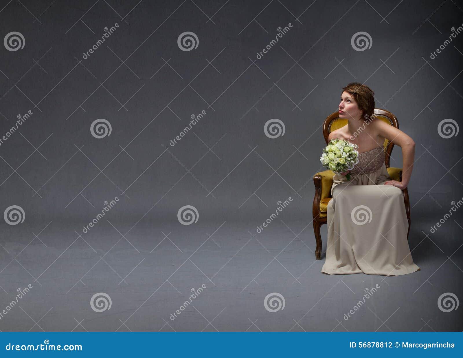 Mulher da noiva que olha acima