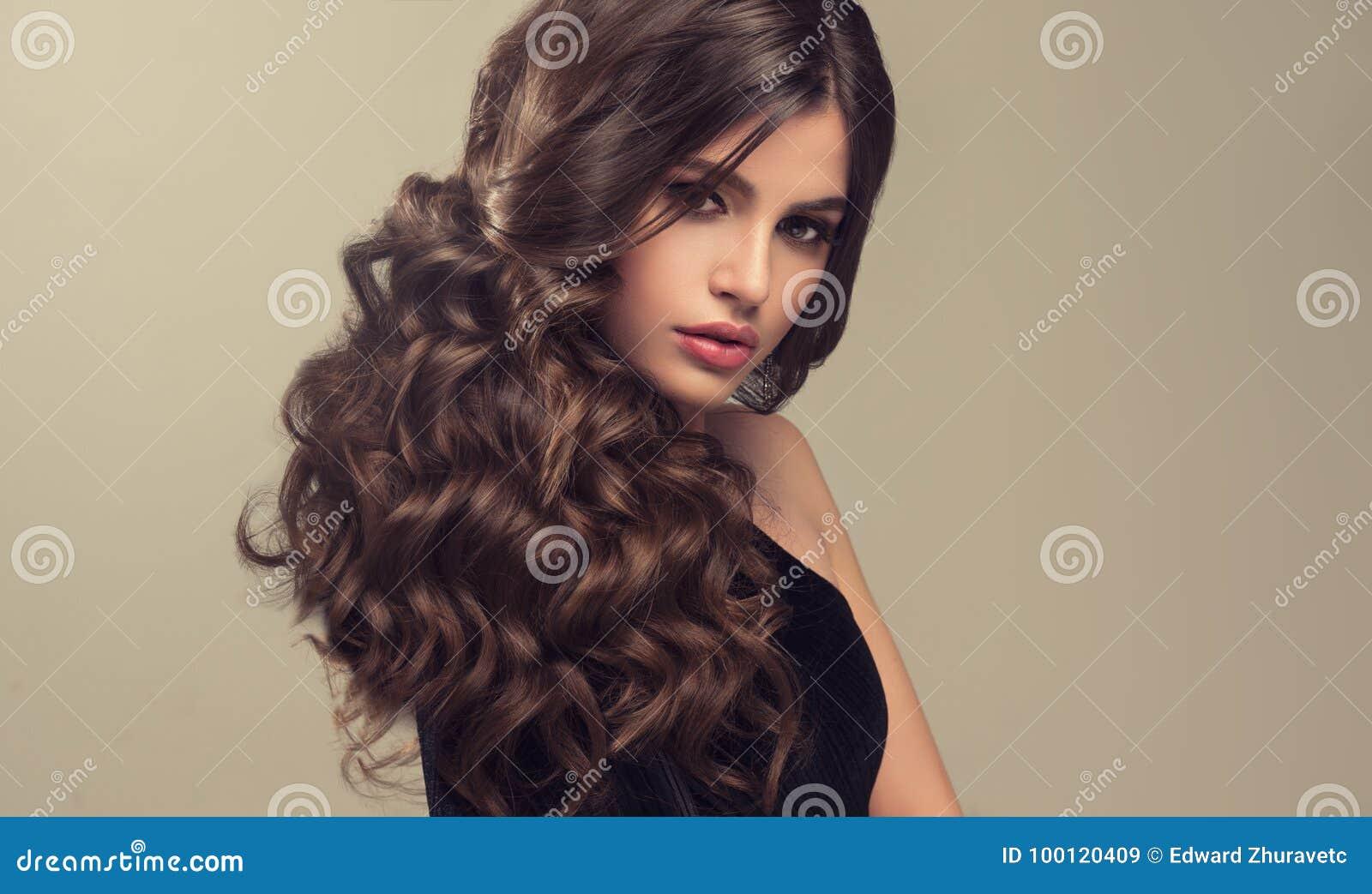 Mulher De Cabelo De Brown Com Penteado Volumoso Brilhante E