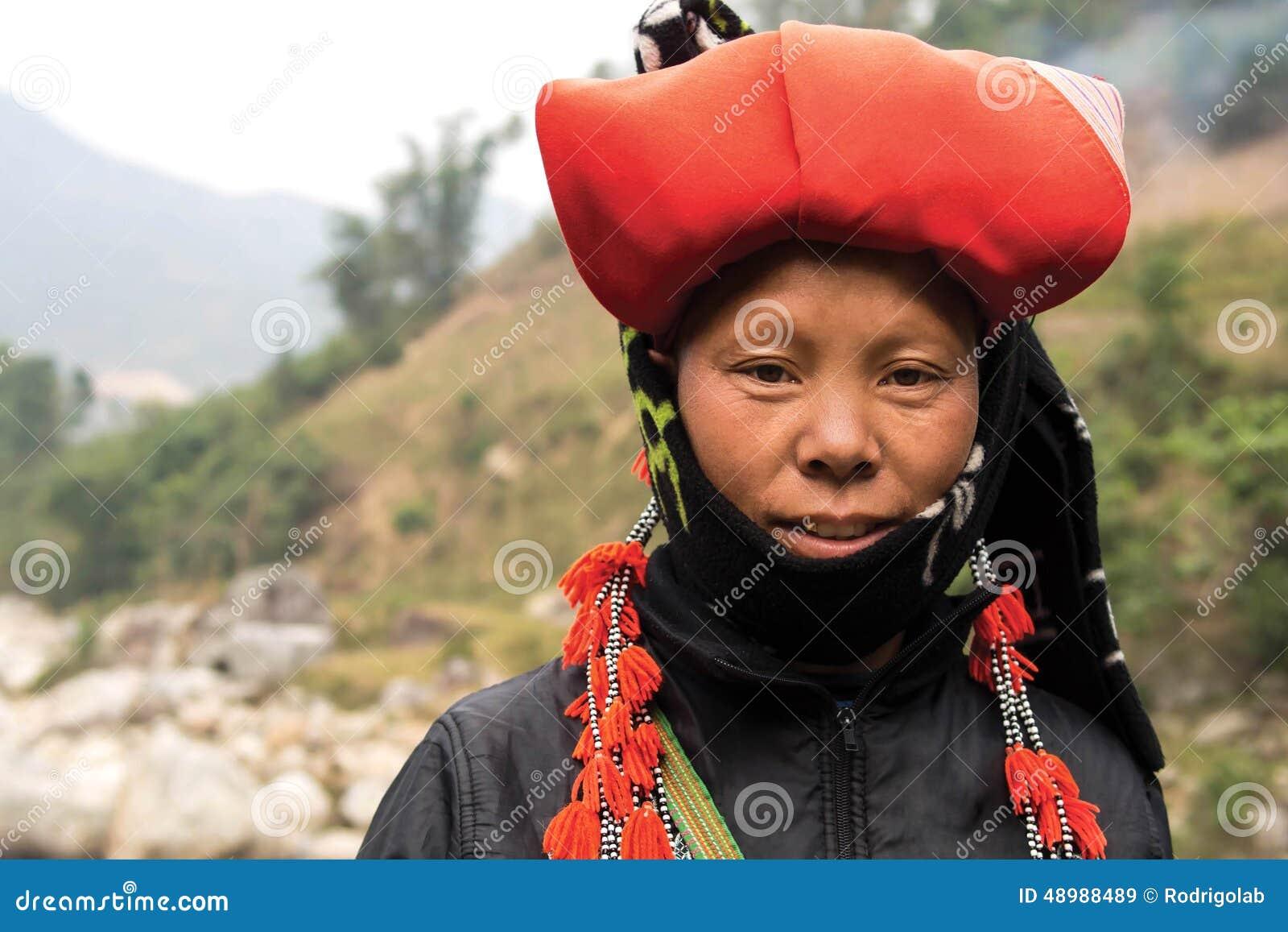 Mulher de Dao Minority Group vermelho em Sapa, Vietname