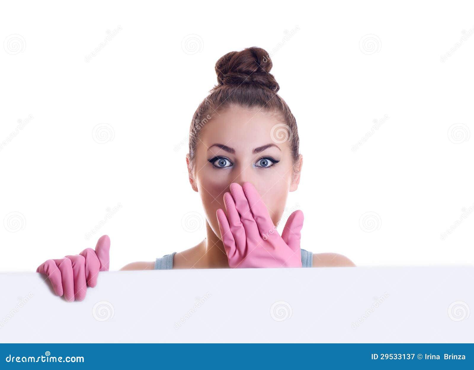 Mulher de limpeza que mostra um Livro Branco