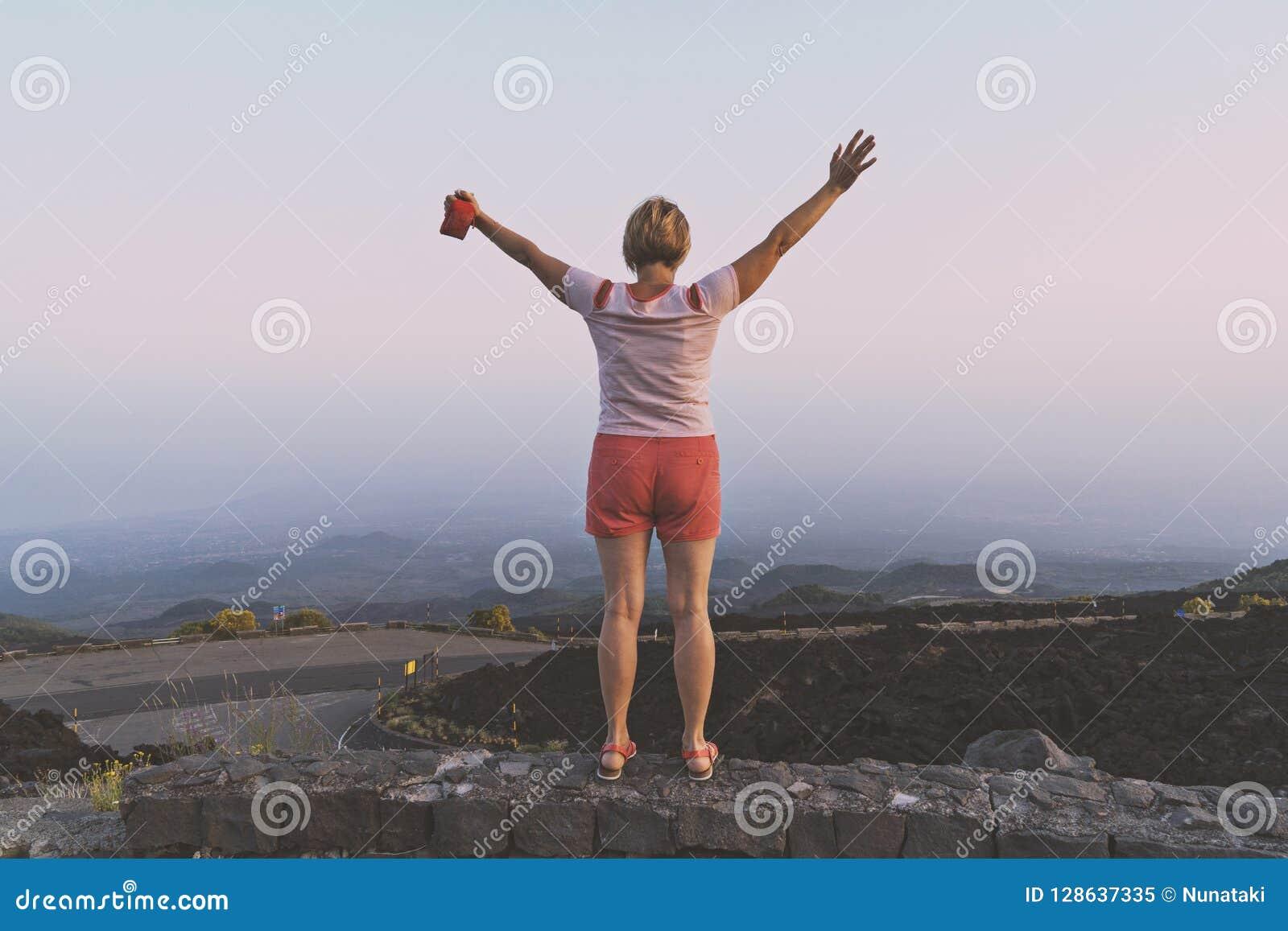 Mulher de meia idade feliz com mãos levantadas