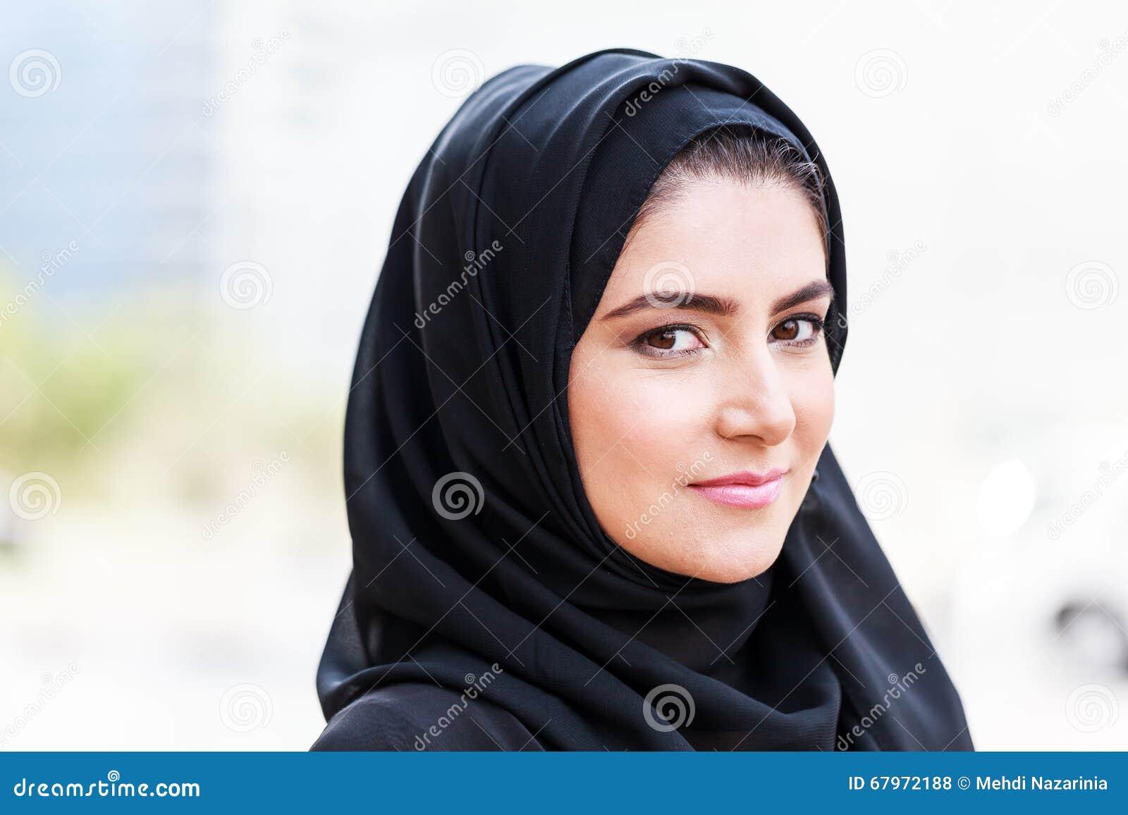 Mulher de negócio árabe de Emarati fora do escritório