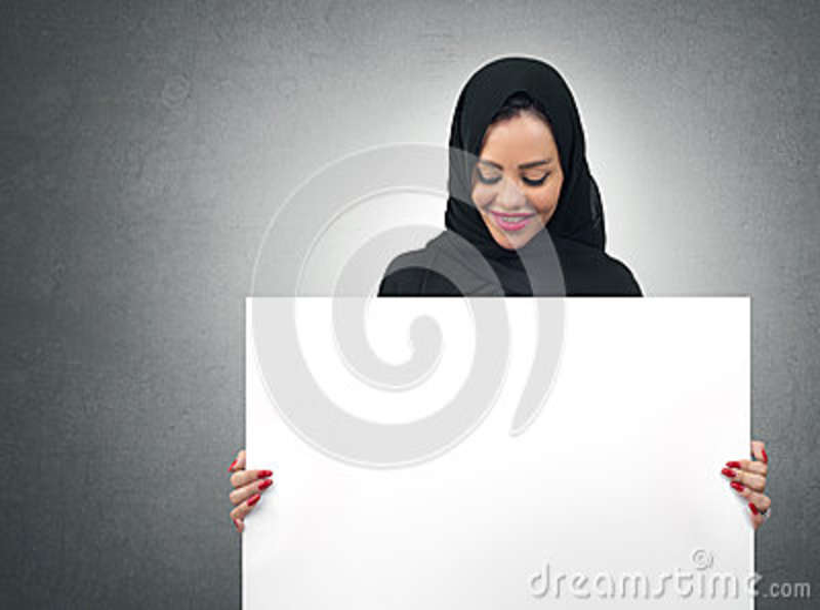 Mulher de negócio árabe que mantém uma placa branca isolada