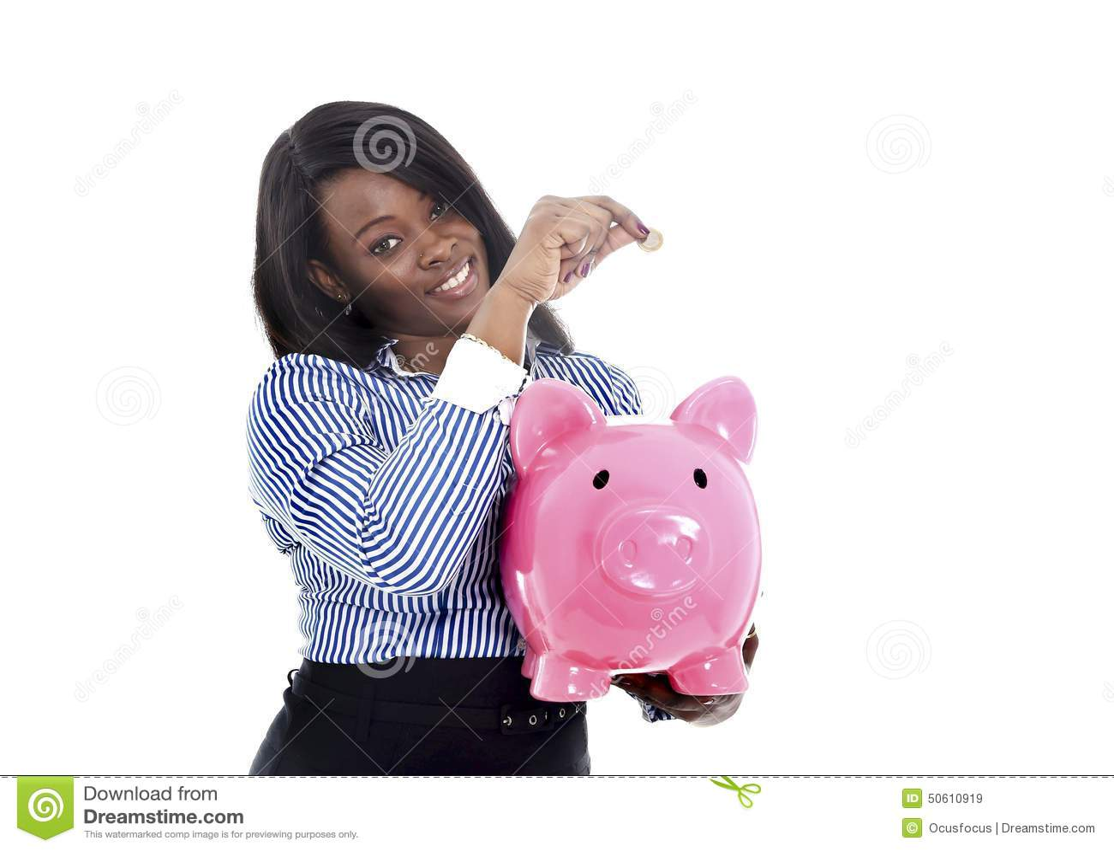 Mulher de negócio americana do africano negro que põe a moeda no piggybank cor-de-rosa enorme