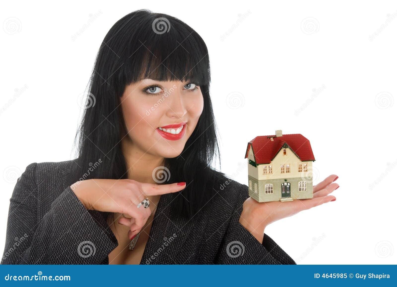 A mulher de negócio anuncia bens imobiliários