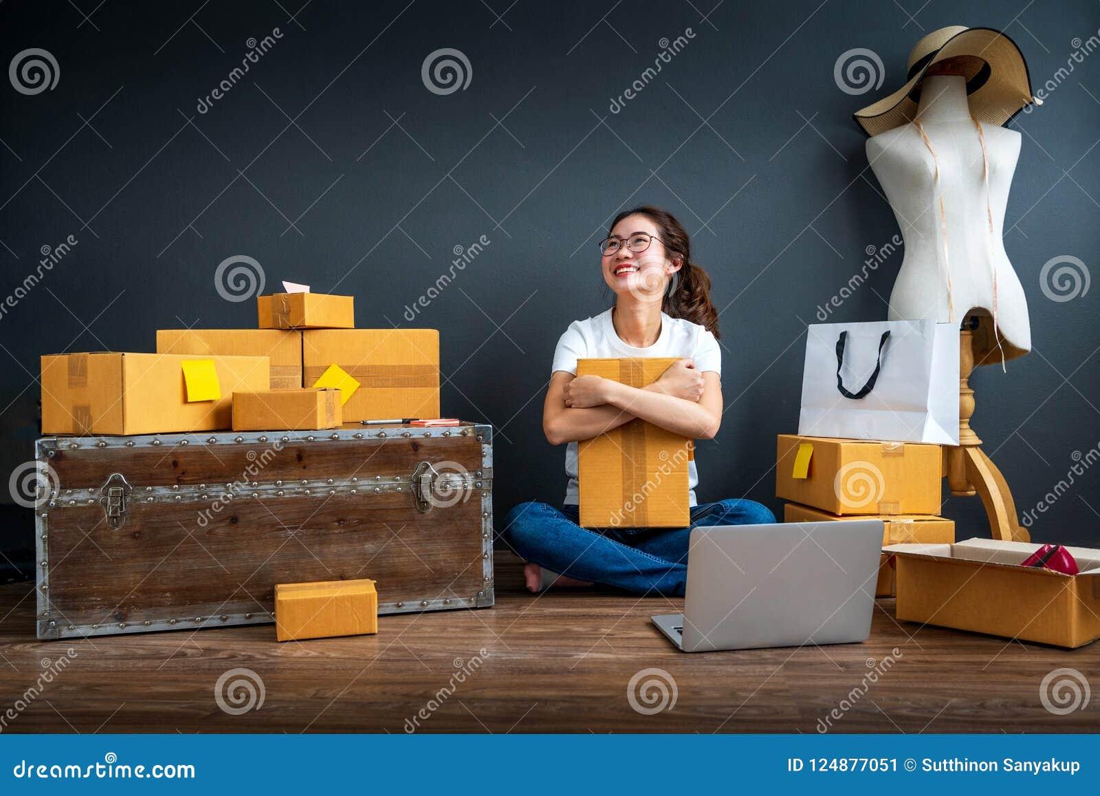 A mulher de negócio asiática do proprietário do adolescente trabalha em casa para a compra e a venda em linha Surpreenda e choque