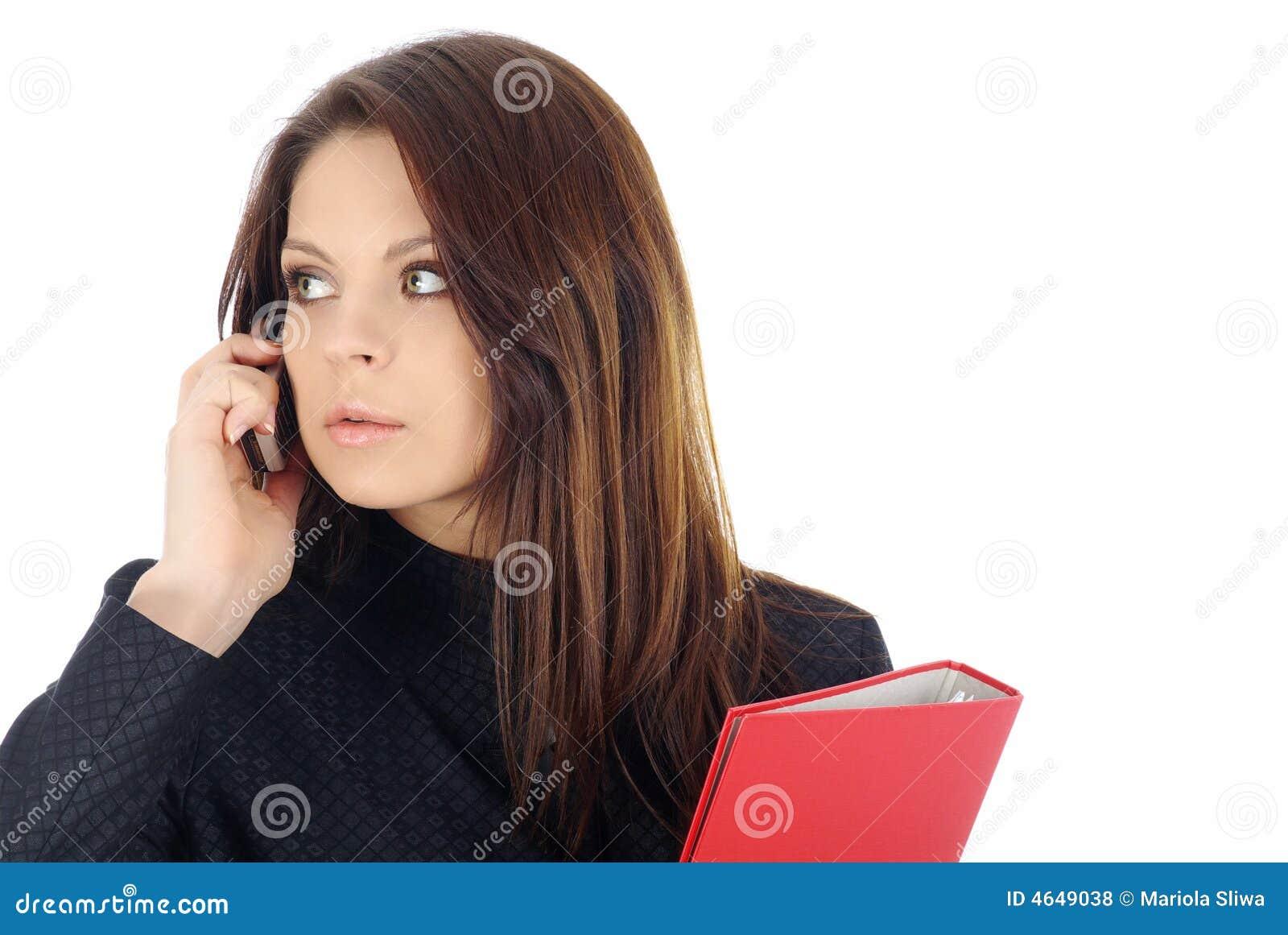 Mulher de negócio atrativa que chama pelo telefone
