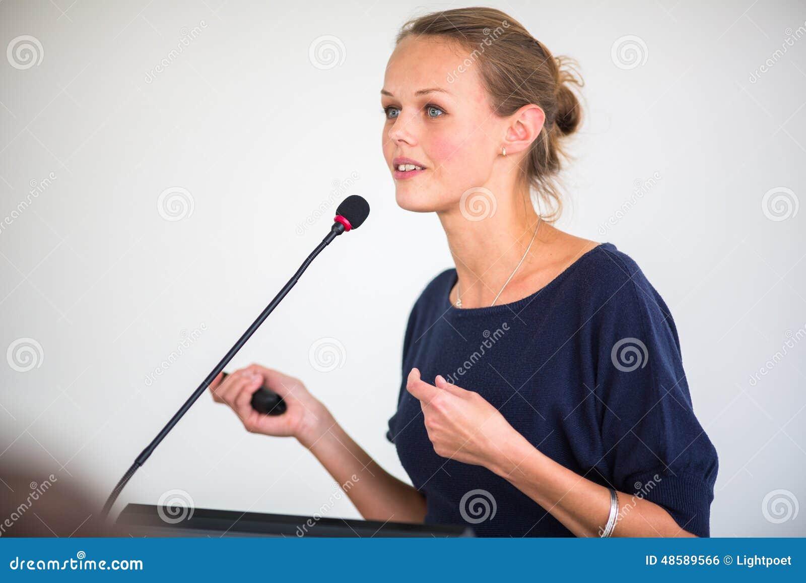 Mulher de negócio bonita, nova que dá uma apresentação