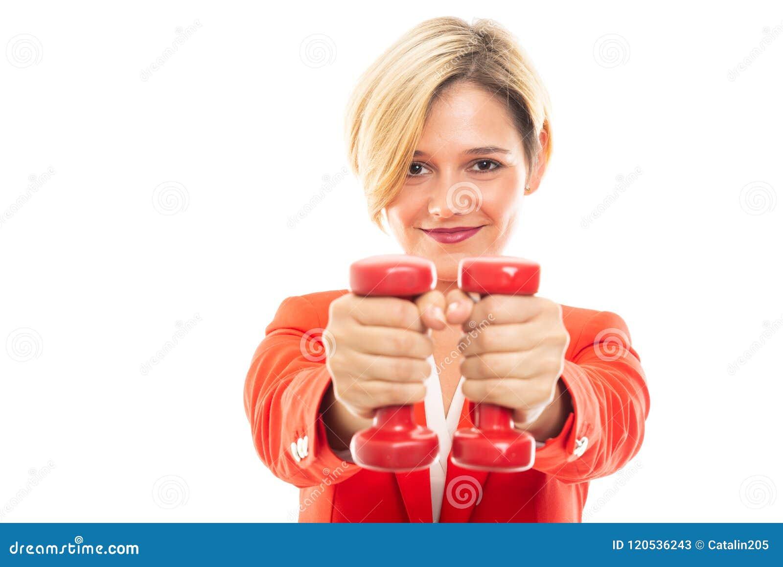 Mulher de negócio bonita nova que guarda pesos vermelhos