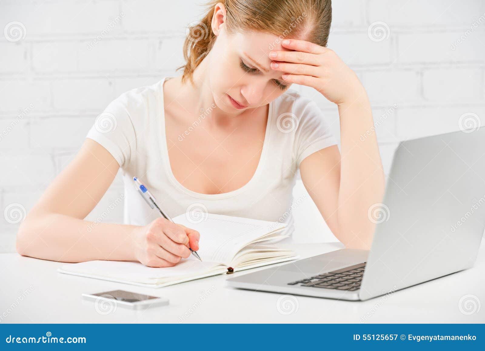 Mulher de negócio cansado que trabalha em um computador