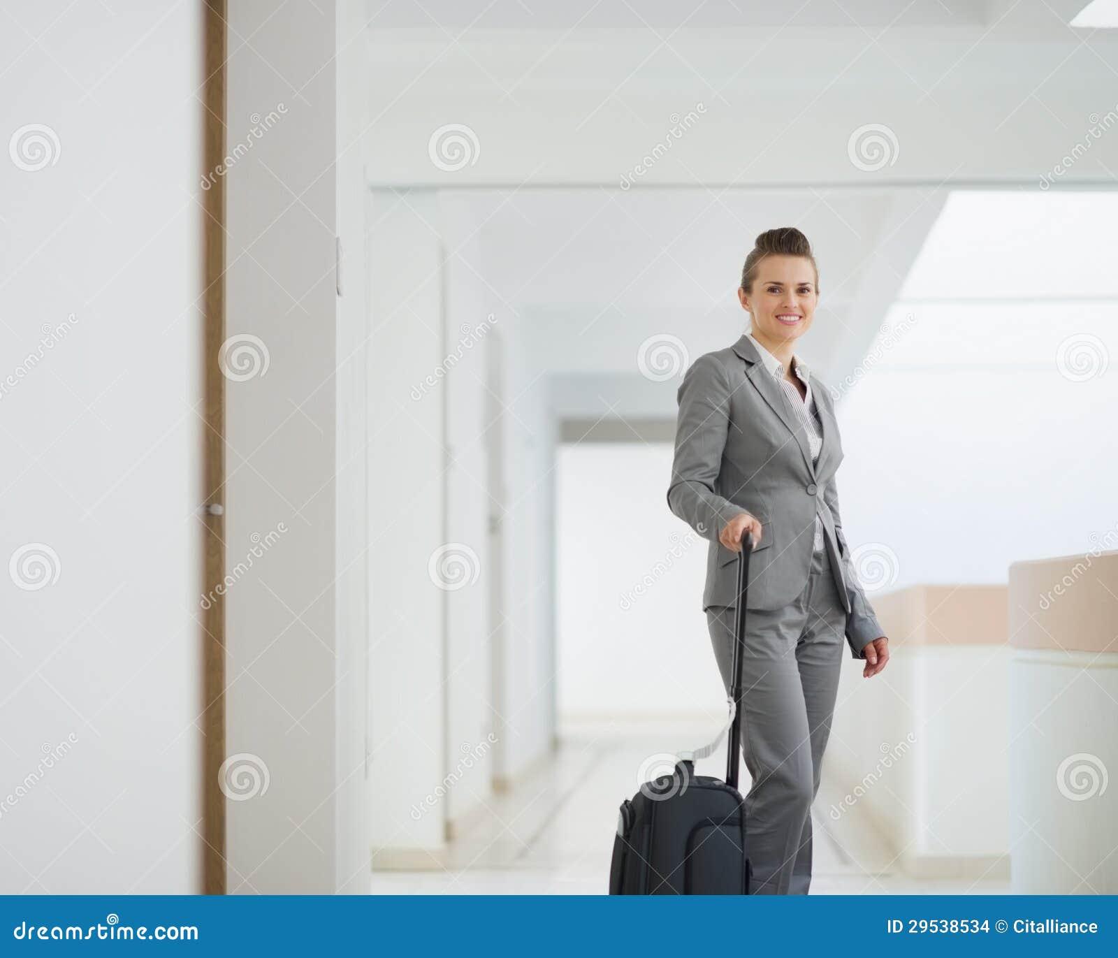 Mulher de negócio com o saco na viagem de negócios