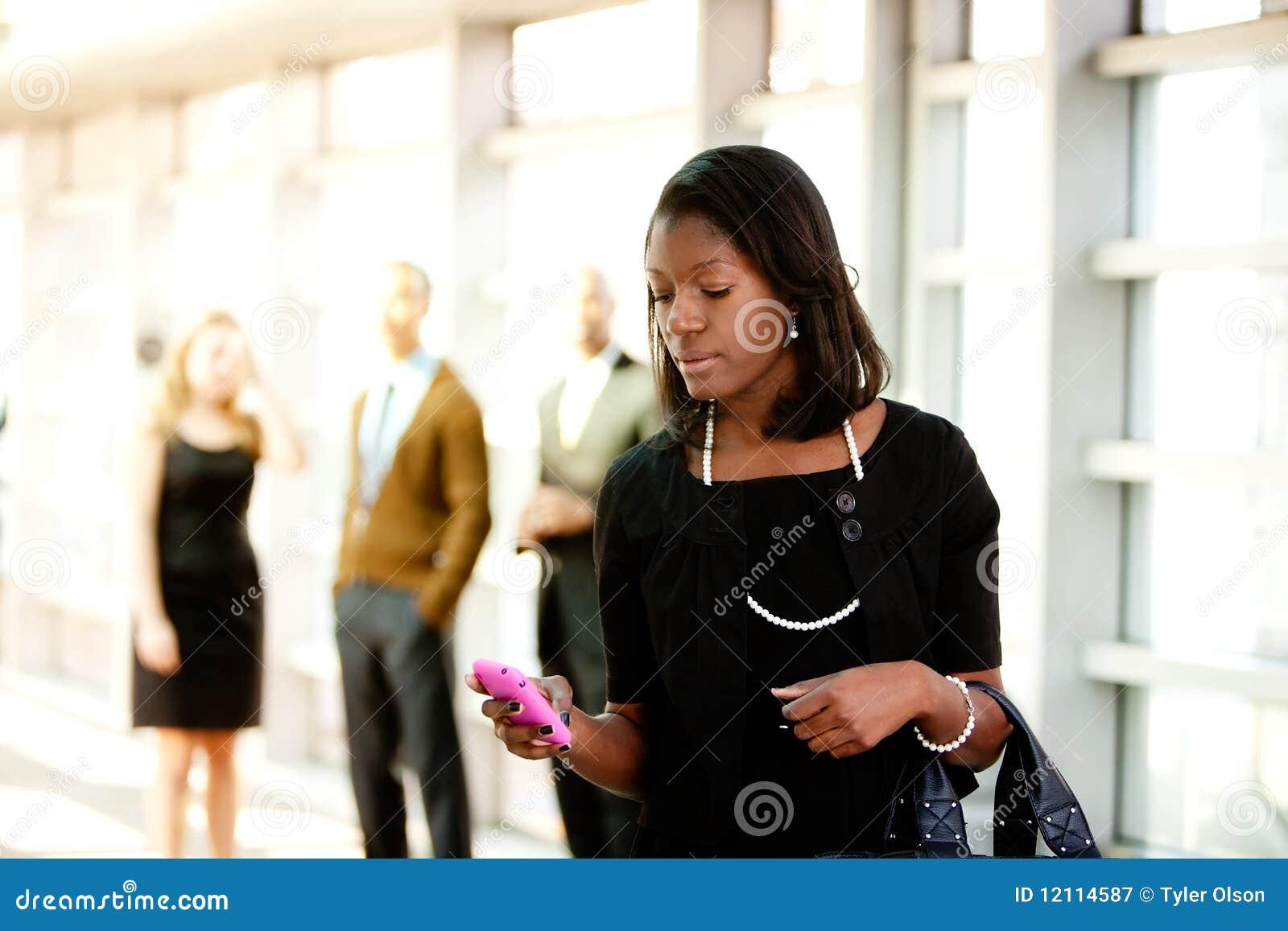 Mulher de negócio com telefone esperto
