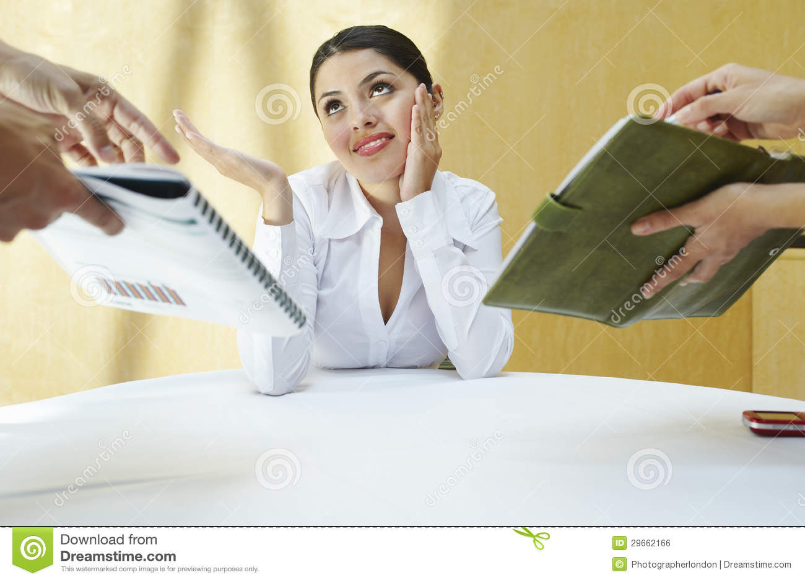 Mulher de negócio confusa nova com colegas