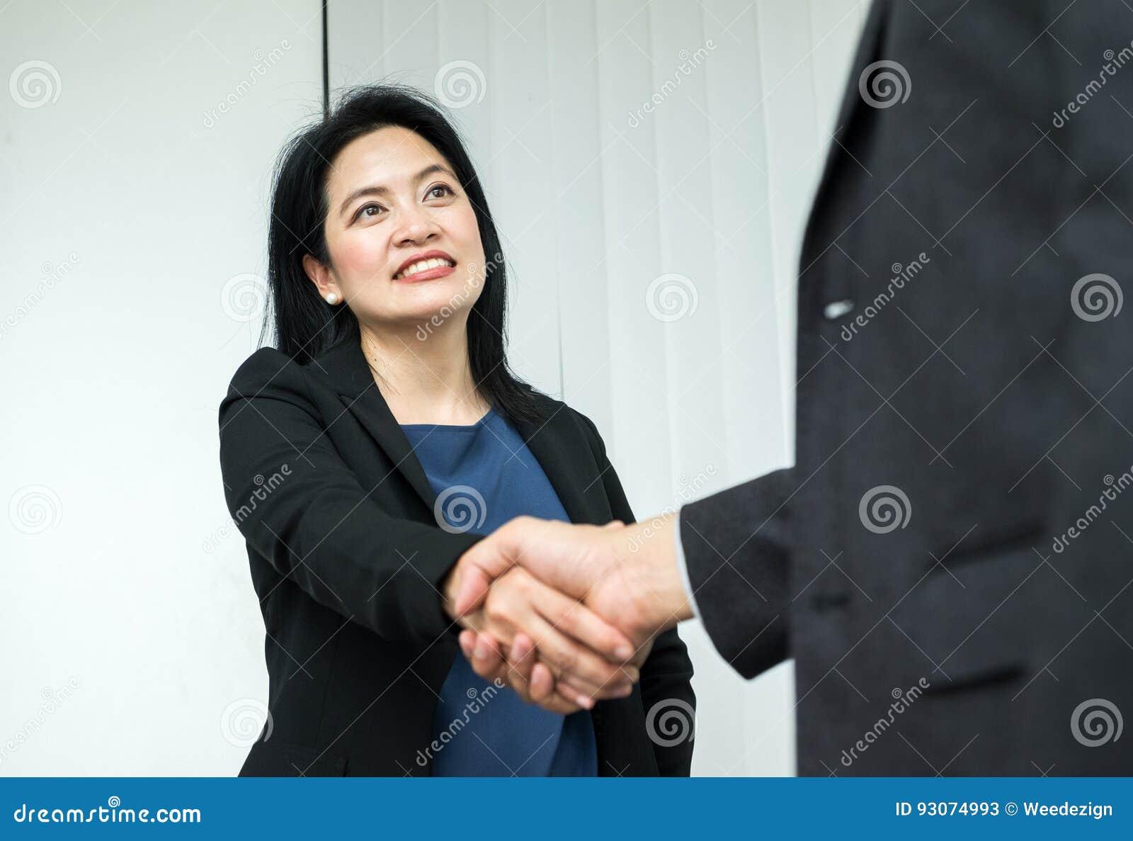 Mulher de negócio do sorriso e homem de negócio que agita a mão no escritório, Pa