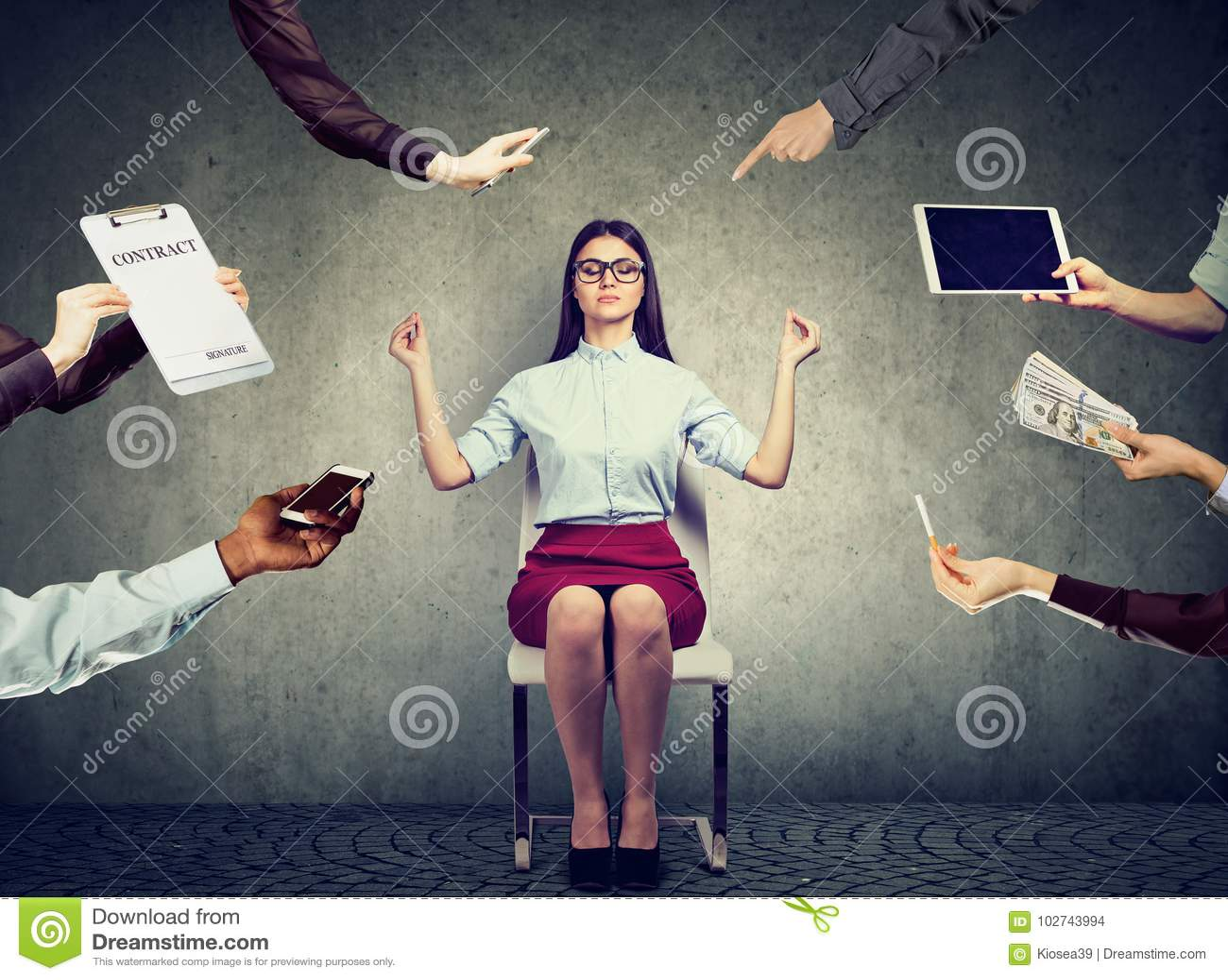 A mulher de negócio está meditando para aliviar o esforço da vida incorporada ocupada