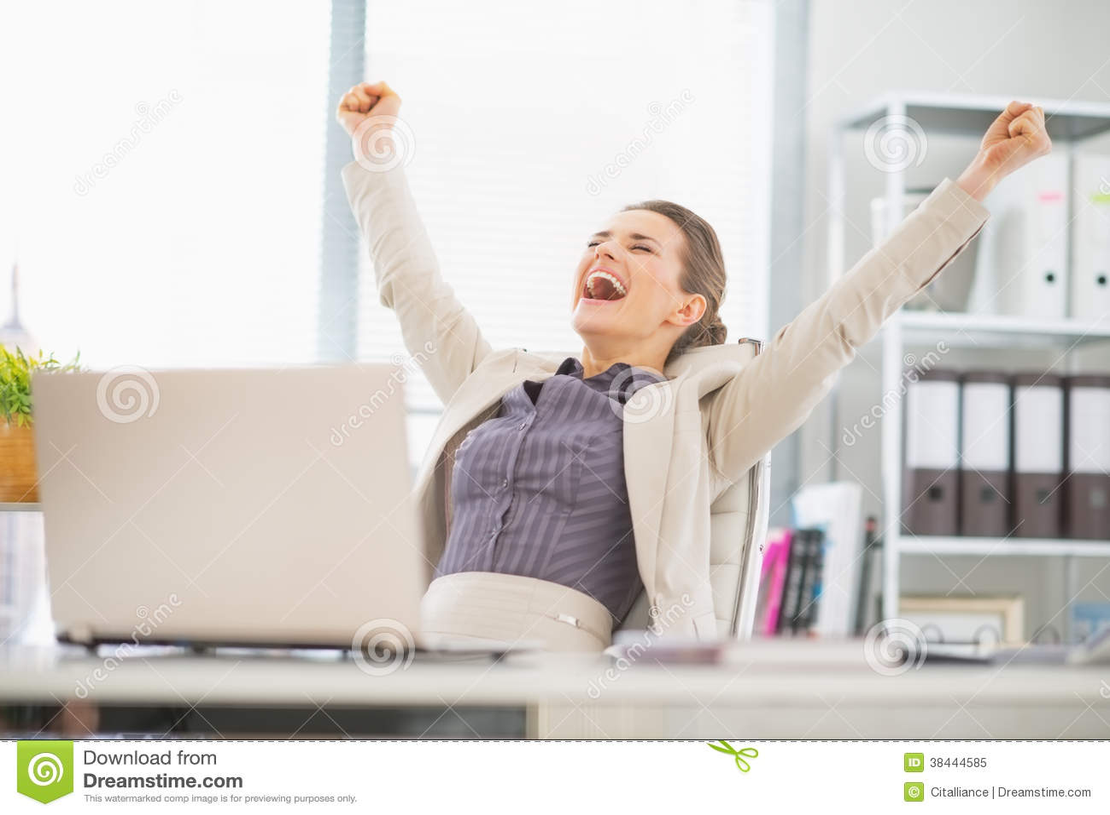 Mulher de negócio feliz no sucesso do júbilo do escritório
