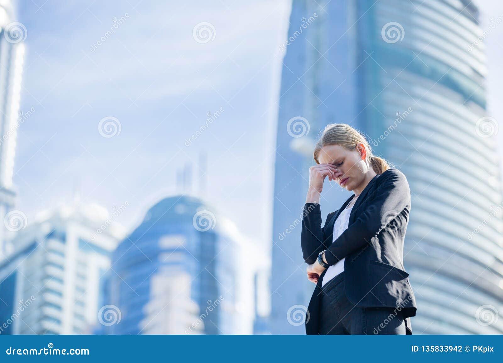 Mulher de negócio forçada na cidade