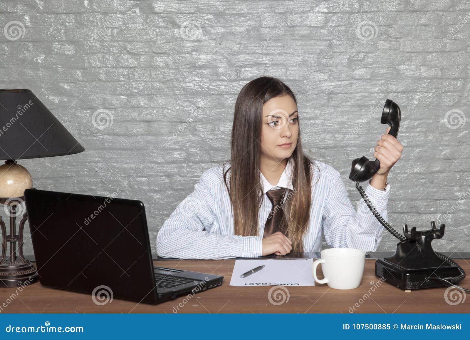 A mulher de negócio não acredita o que escuta
