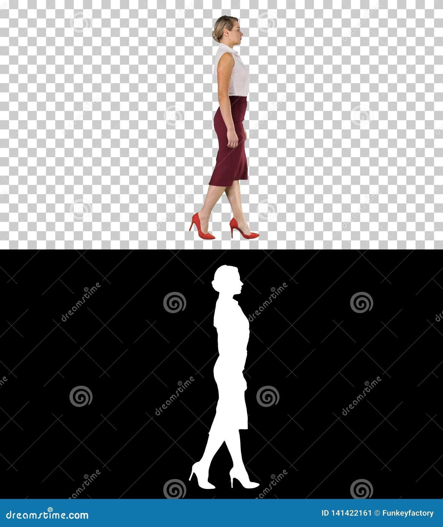 Mulher de negócio nova bonita no vestuário formal que anda, Alpha Channel