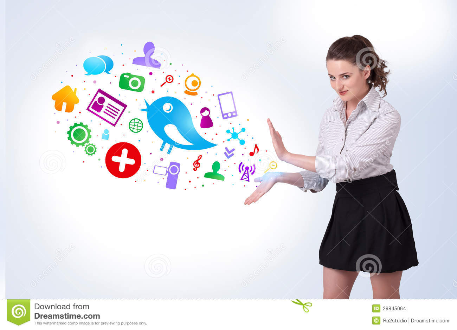Mulher de negócio nova que apresenta ícones sociais coloridos