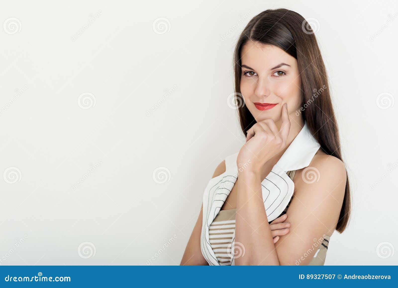 Mulher de negócio positiva que sorri, cintura acima do retrato