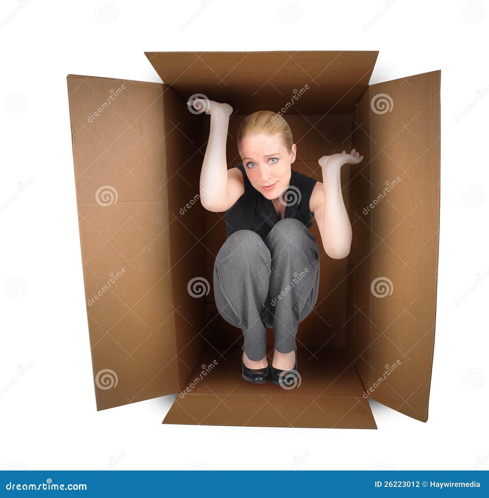 Mulher de negócio prendida na caixa