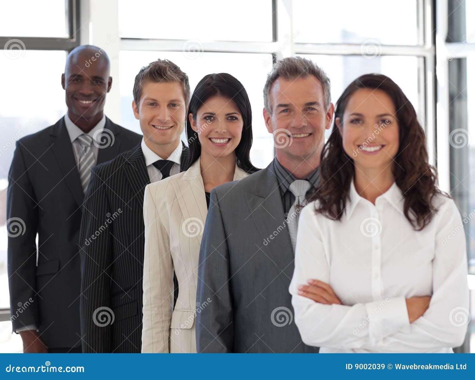 Mulher de negócio que conduz uma equipe do negócio
