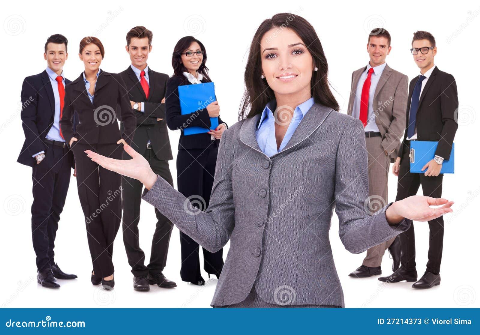 Mulher de negócio que dá boas-vindas a sua equipe