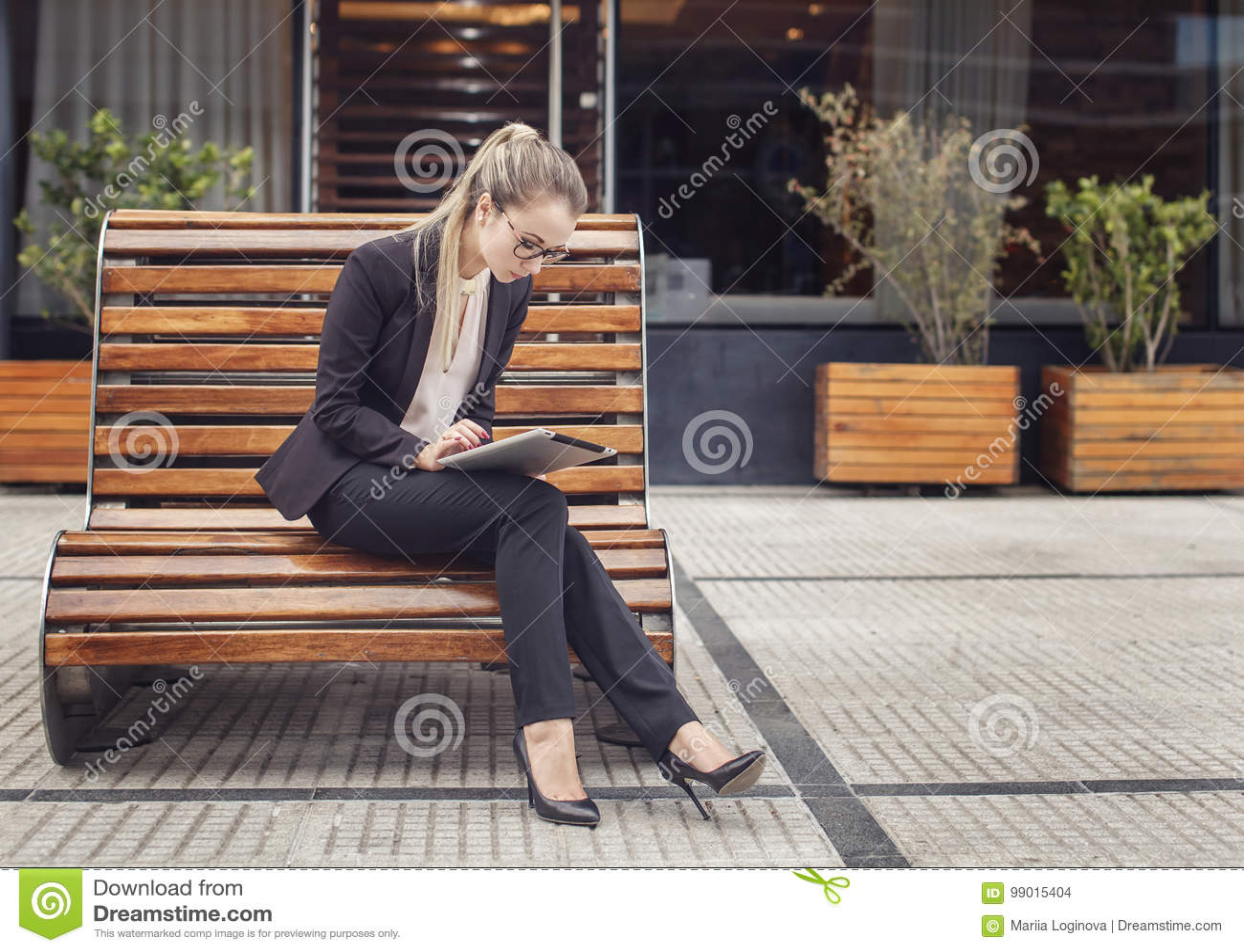 Mulher de negócio que trabalha fora em sua tabuleta