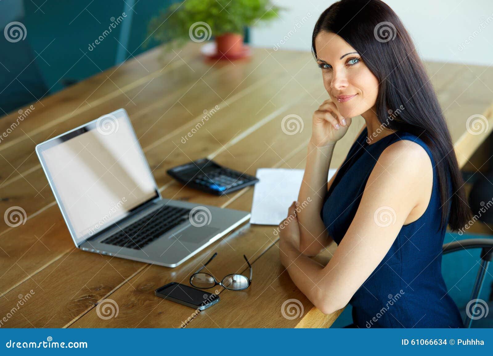 Mulher de negócio que usa seu laptop no escritório Negócio Peo