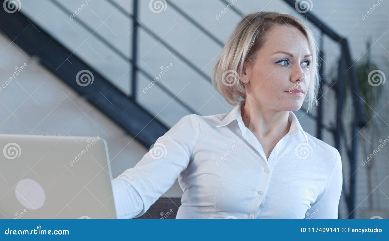 Mulher de negócio de sorriso que termina seu trabalho