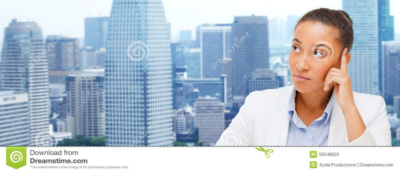 Mulher de negócios africana que olha acima e que pensa