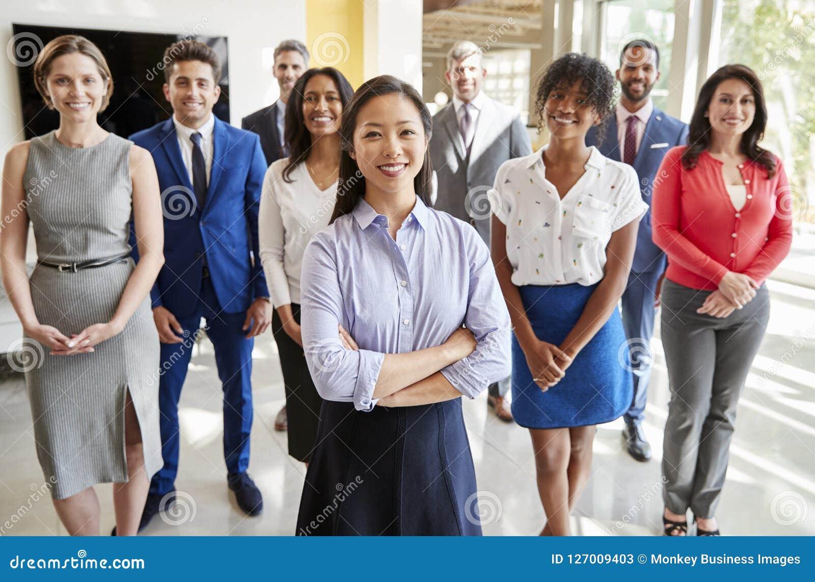 A mulher de negócios asiática e seu negócio team, agrupam o retrato