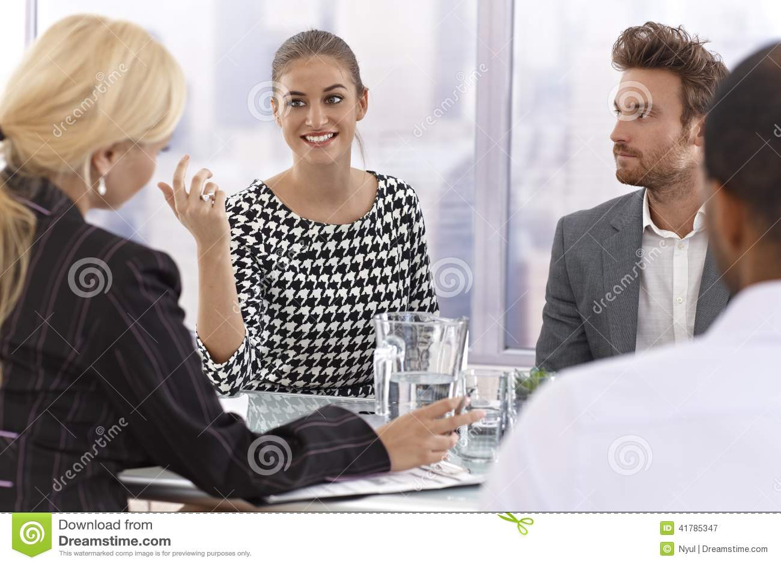 Mulher de negócios atrativa que fala em uma reunião