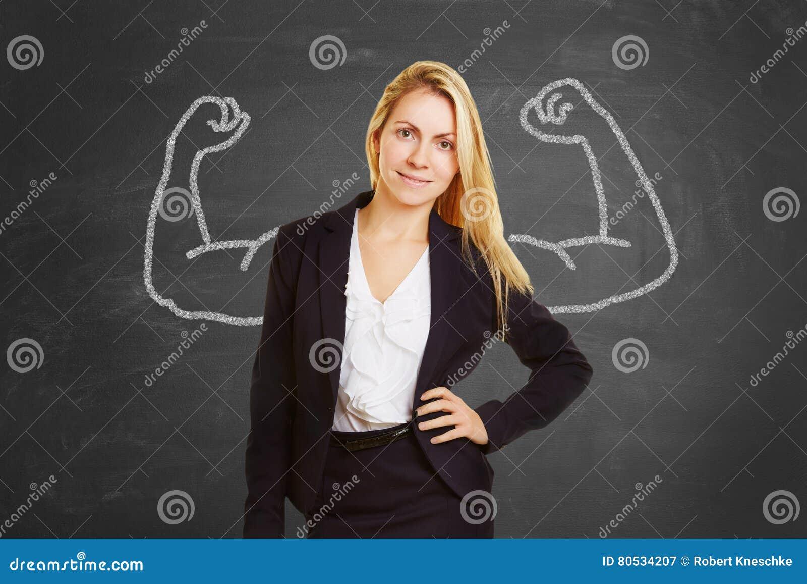 Mulher de negócios bem sucedida com músculos falsificados