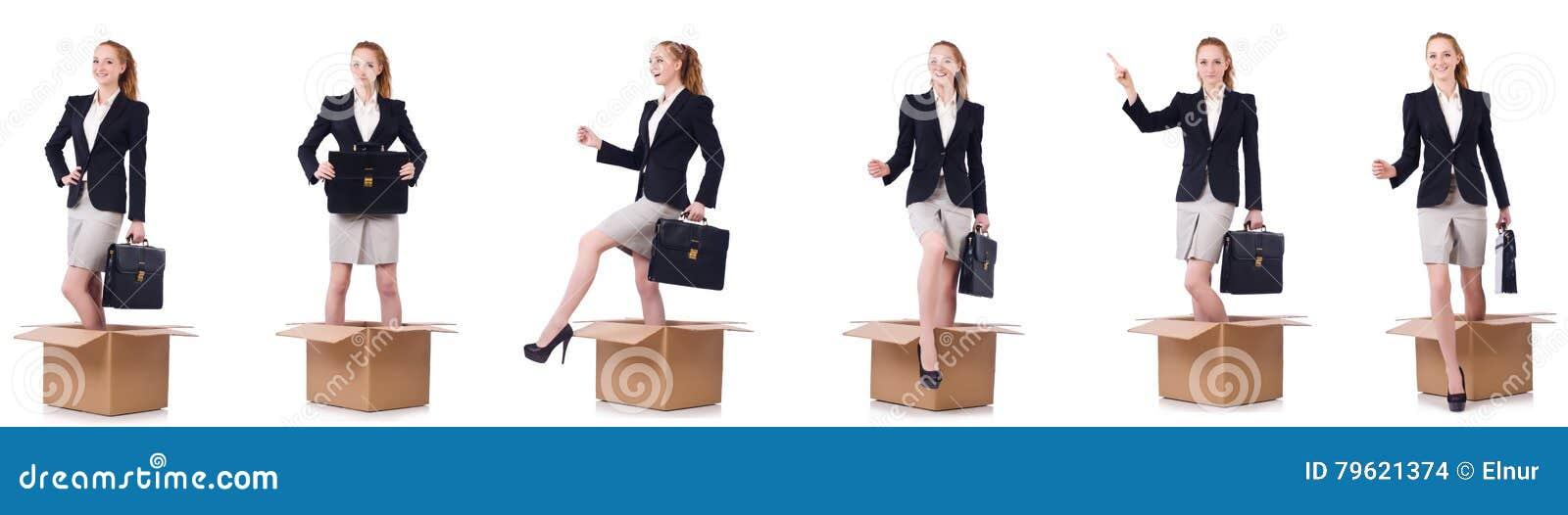 A mulher de negócios com as caixas isoladas no branco