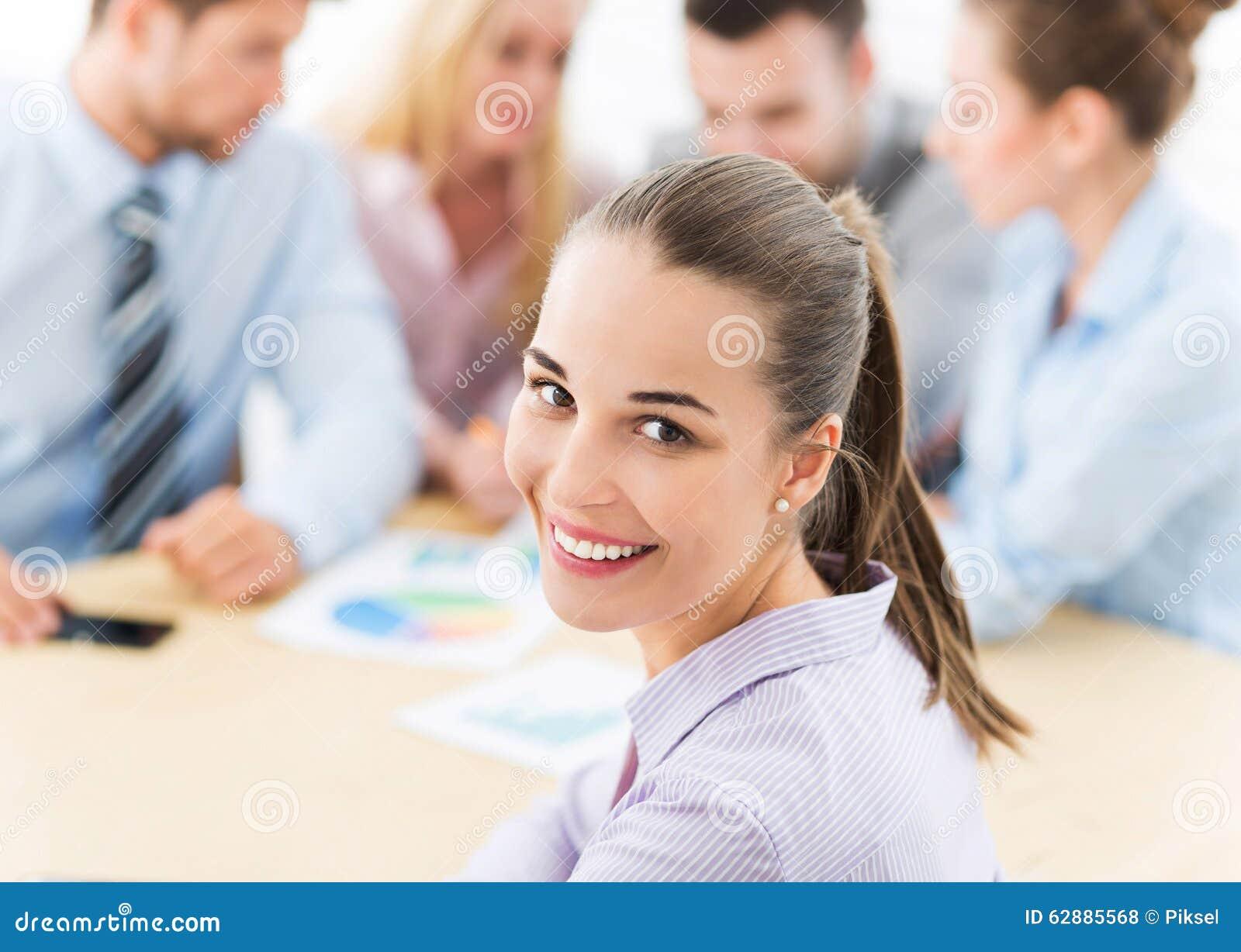 Mulher de negócios com colegas de trabalho