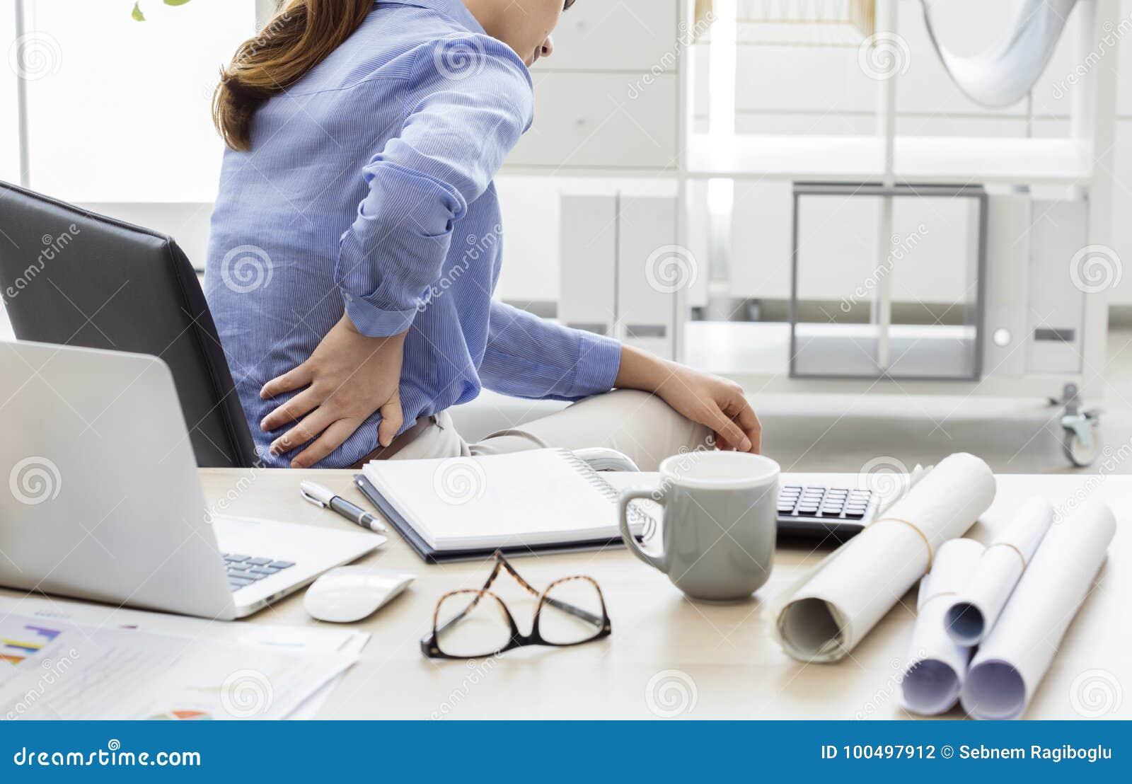 Mulher de negócios com da dor parte traseira dentro