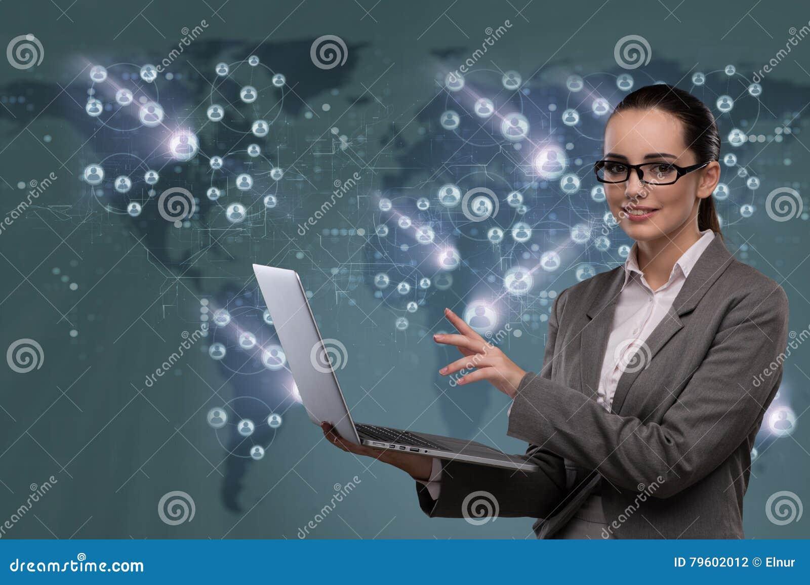 A mulher de negócios com o portátil no conceito social da rede