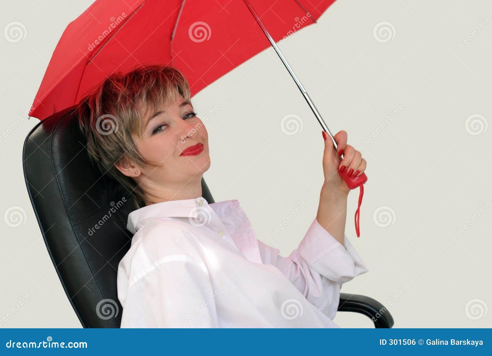 Mulher de negócios com um guarda-chuva vermelho
