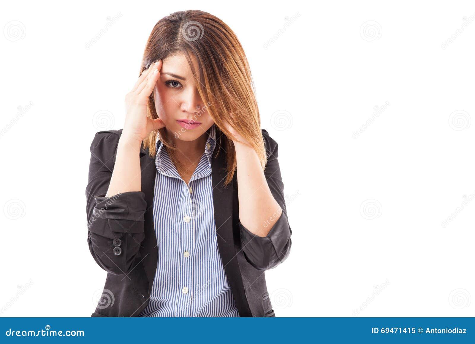 Mulher de negócios com uma dor de cabeça