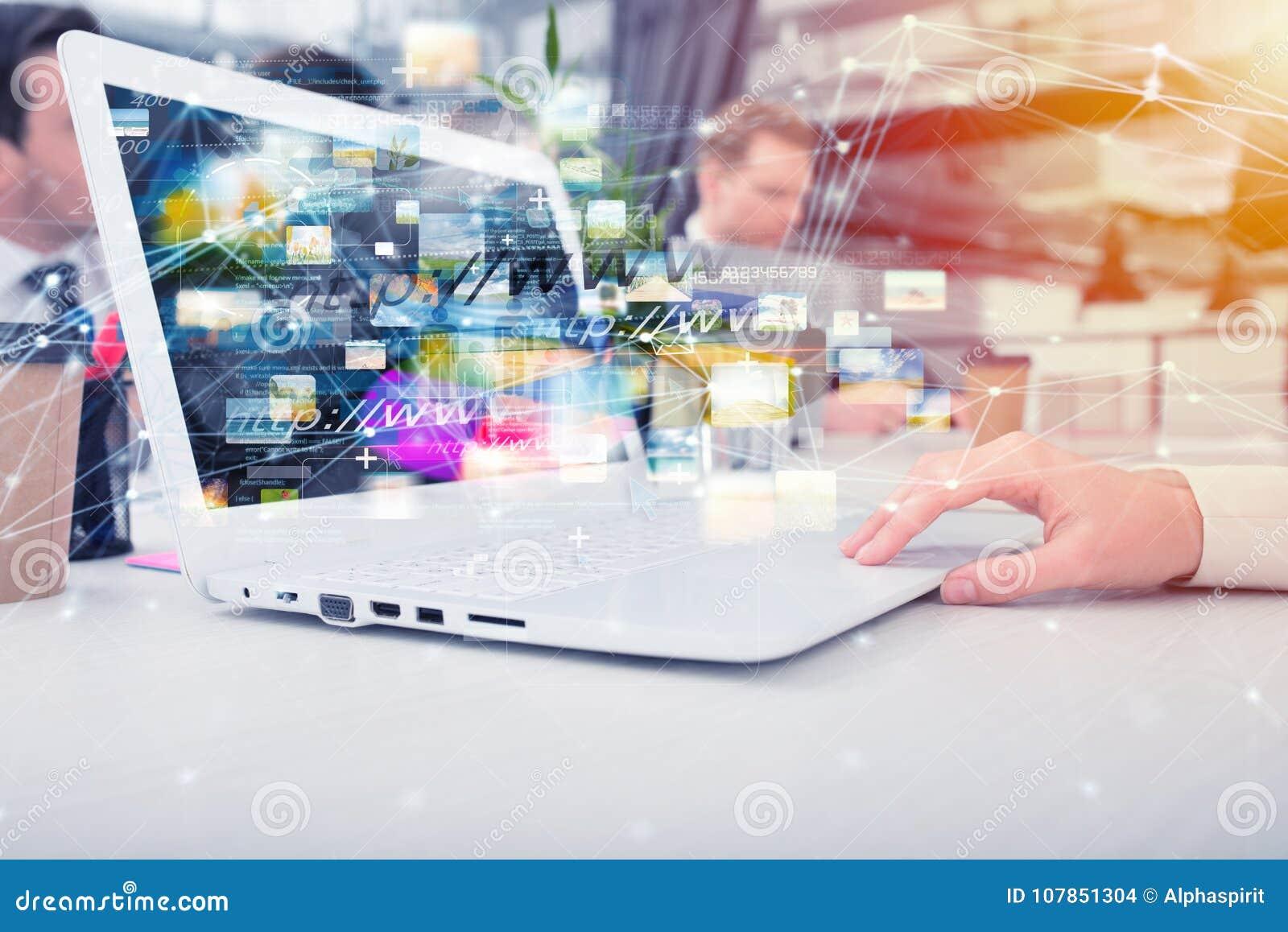 A mulher de negócios compartilha do original em linha com uma conexão a Internet rápida
