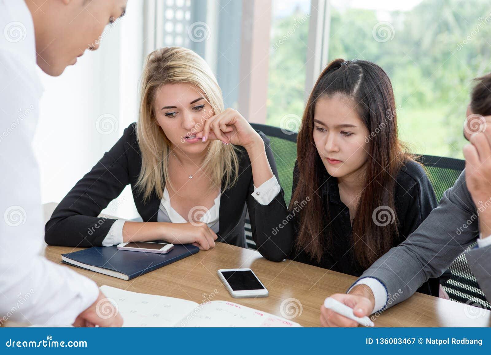 Mulher de negócios comprimida durante uma reunião no escritório forçado mantendo as mãos na cabeça sérias