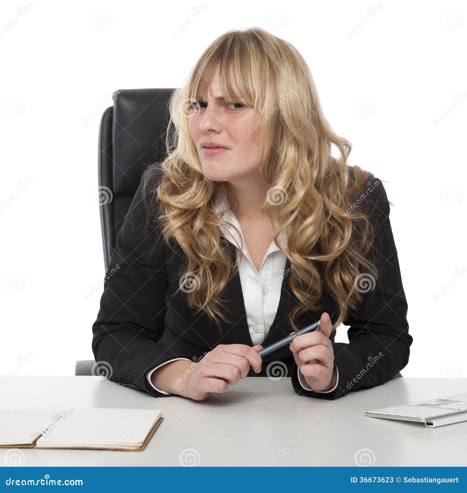 Mulher de negócios confusa com um olhar severo confundido