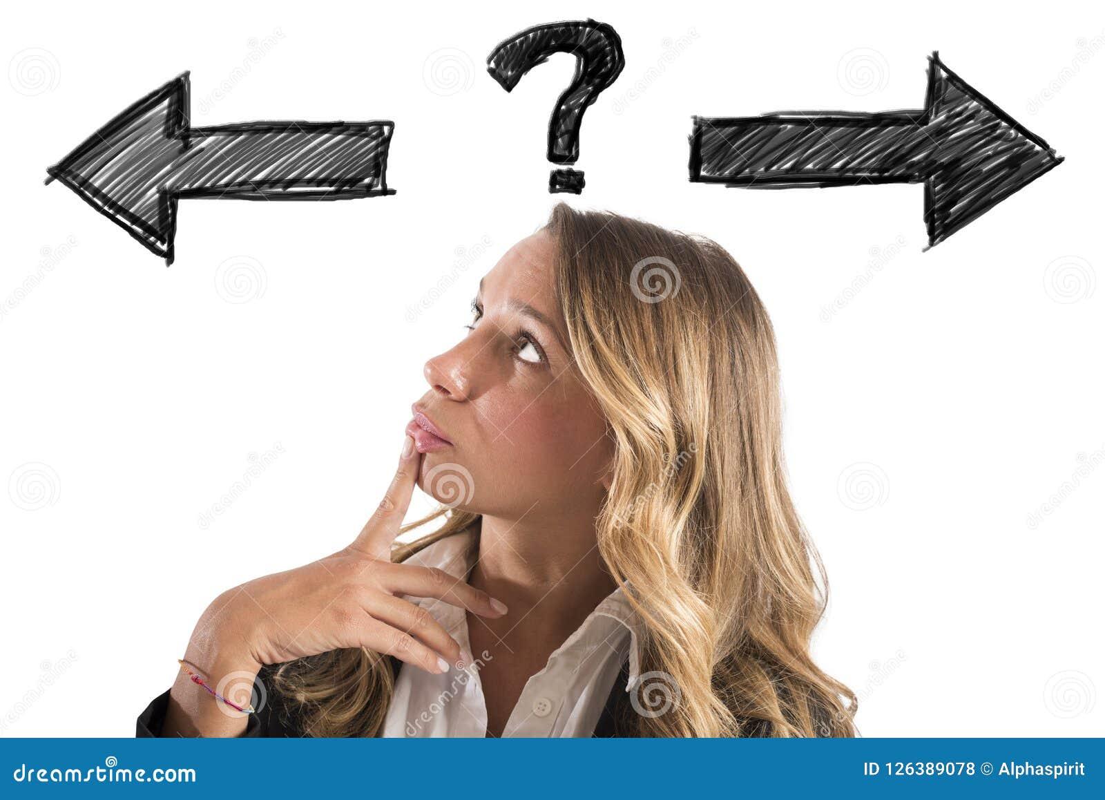 A mulher de negócios confusa deve escolher a maneira direita