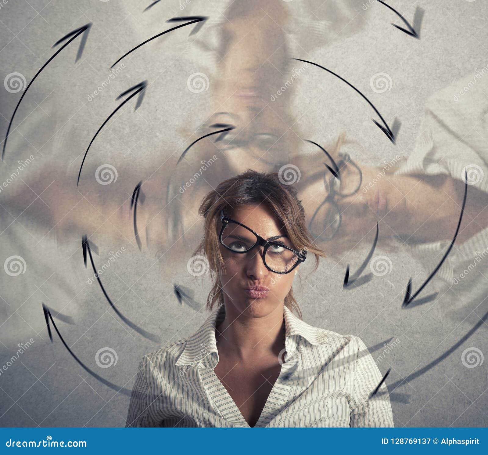 A mulher de negócios confusa tem a vertigem conceito do esforço e do excesso de trabalho